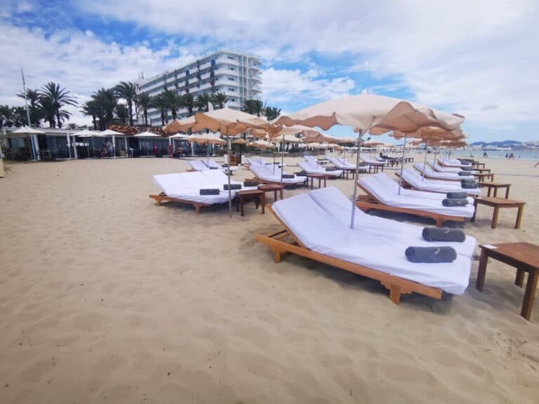 playa d en bossa beach club hamacas
